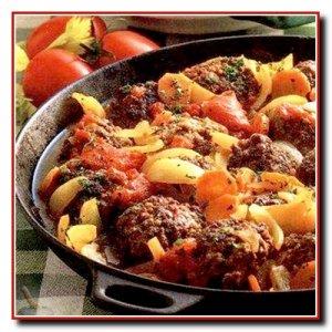 Мясные котлеты с луком и помидорами