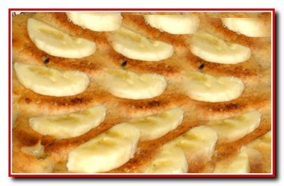 Кокосовое пирожное украшенное бананами